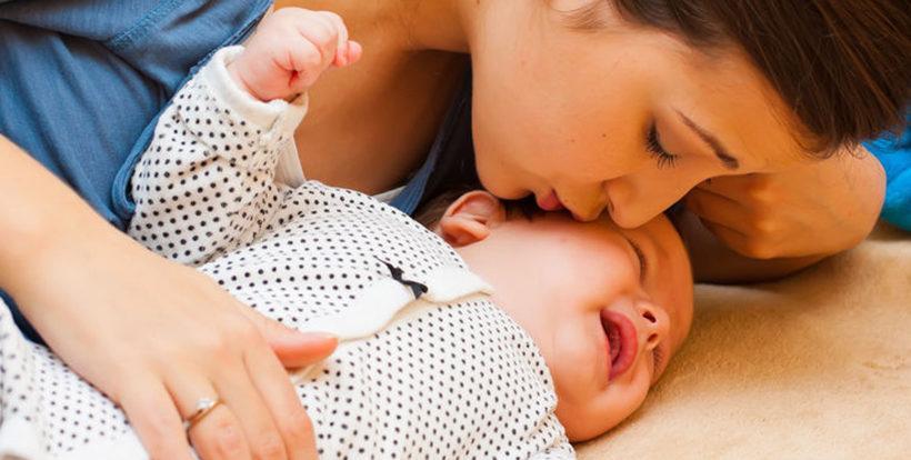 Weinendes Baby mit Mama